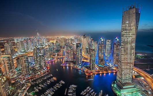 Дубайский морской пейзаж в сверкающих огнях в ясный вечер