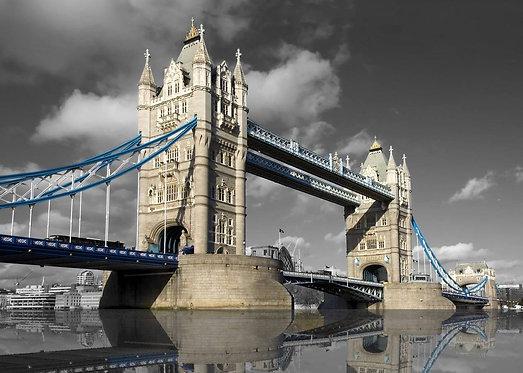 Тауэрский мост в Лондоне на черно-белом фоне