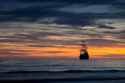 Пиратский корабль на фоне заката