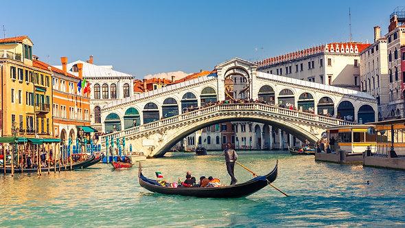 Гондола и мост Риальто в Венеции