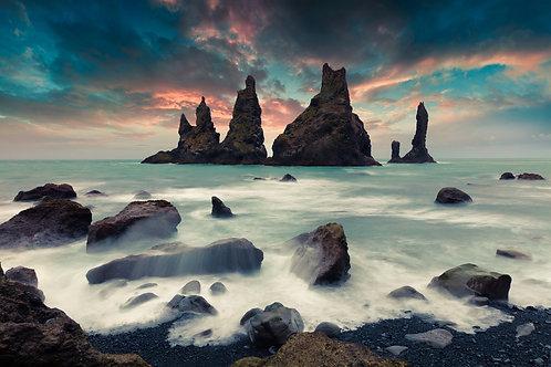 Живописный морской пейзаж со скалами Рейнисдрангар на фоне красочного заката