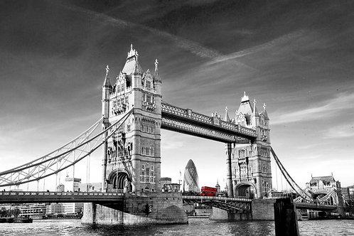 Красный лондонский автобус на Тауэрском мосту
