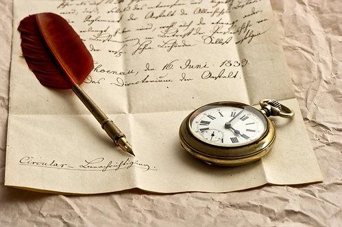 Старое письмо, часы, перо и сургучная печать. Винтажный фон