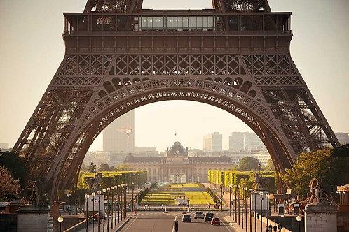 Эйфелева башня крупным планом с улицы Парижа