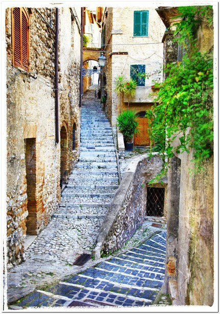 Старая улица средневекового итальянского городка