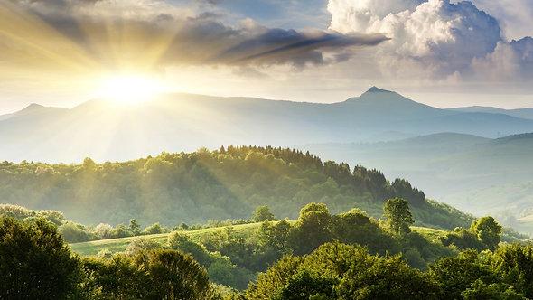 Величественные горы под утренним небом с облаками в Карпатах