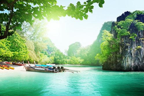Длинные лодки на острове в Таиланде