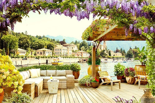 Вид с террасы на итальянский городок и побережье