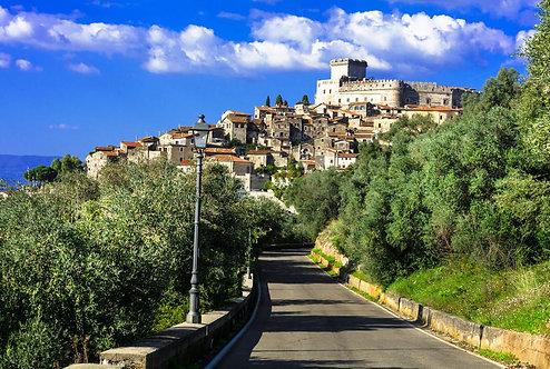 Средневековый итальянский городок Сермонета с замком Каэтани