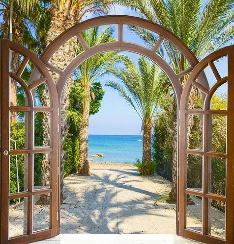 Распахнутая балконная арка на аллею с пальмами и выходом к морю