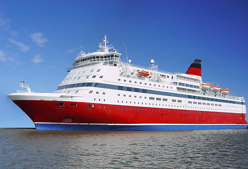 Большое красное-белое пассажирское судно
