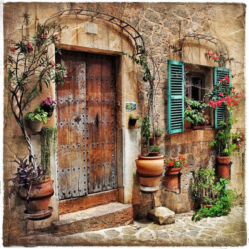 Очаровательный дворик старого средиземноморского городка