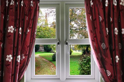 Вид из окна со шторами на английский сад
