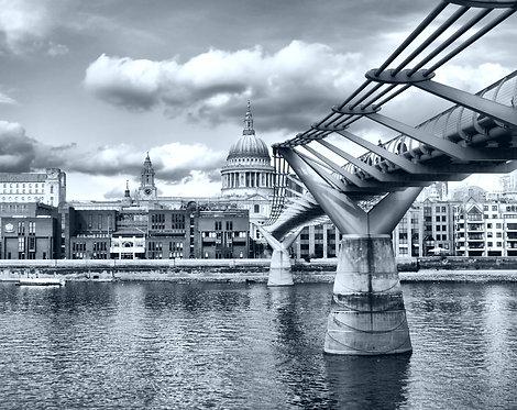 Вид на Собор Святого Павла в Лондоне в черно-белом цвете