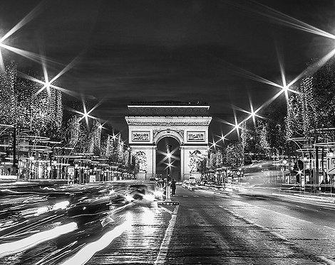 Черно-белое вечернее движение Парижа на Елисейских полях