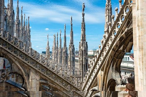 Белые мраморные статуи на крыше Миланского собора в Италии