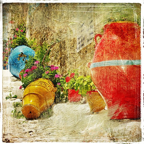 Греческий дворик с вазами и цветами в ретро-стиле