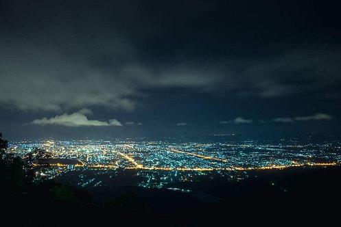 Вид сверху на ночной город в Таиланде
