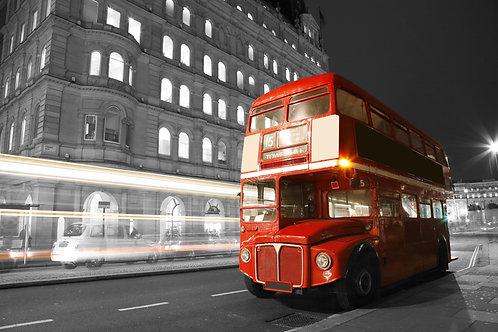 Двухэтажный красный автобус ночью на черно-белом фоне - Лондон