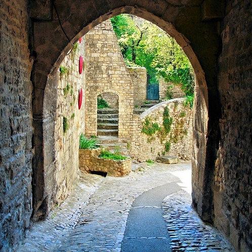 Вид через средневековую арку в Провансе - Франция