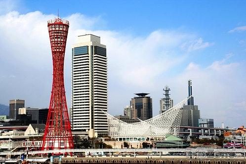 Токийская башня на фоне голубого неба