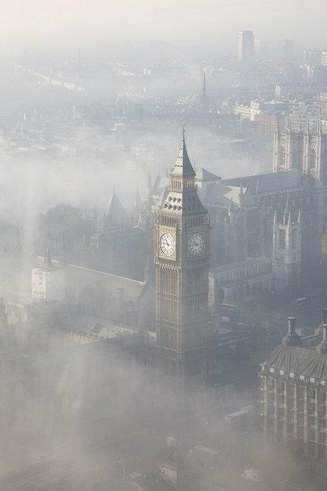 Вид с Лондонского глаза на Вестминстерский дворец в тумане
