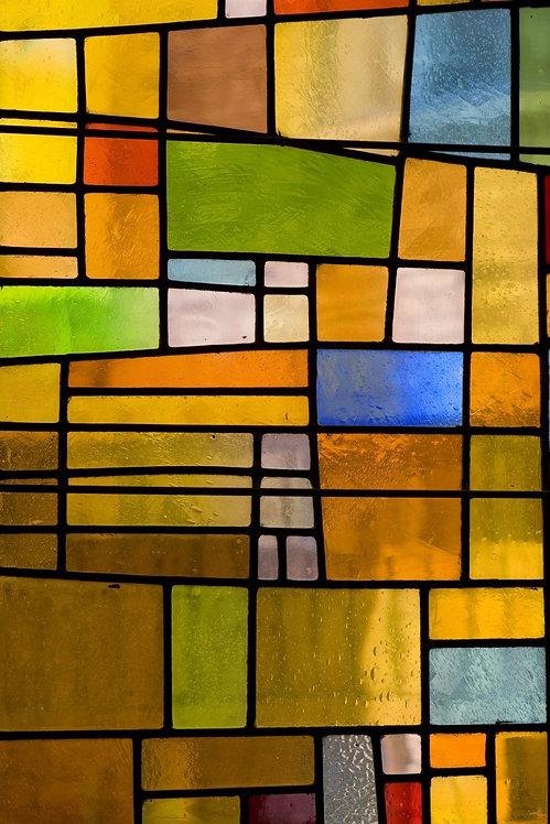 Разноцветное витражное окно с хаотичным рисунком