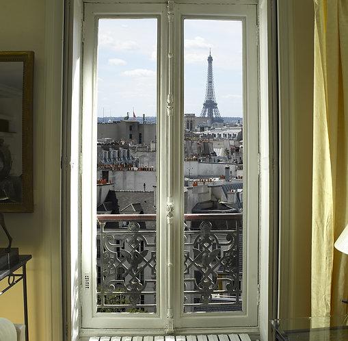 Вид из парижского окна на Эйфелеву башню и крыши