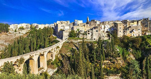 Вид на античный мост городка Гравина-ин-Пулья в Италии
