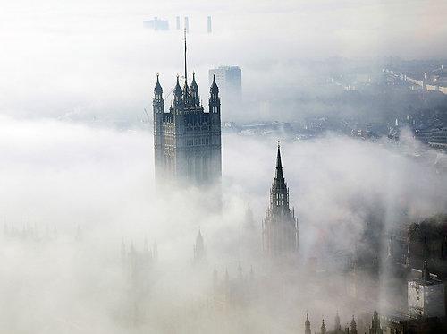 Викторианская башня Вестминстерского дворца в тумане