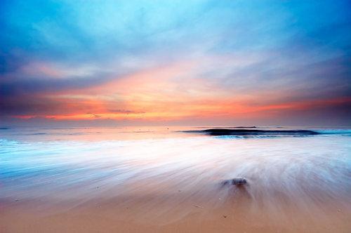 Живописный розовый закат над пляжем