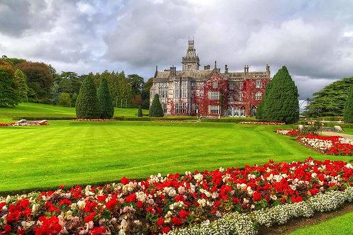Adare Gardens и замок с красным плющом в Ирландии