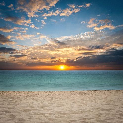 Закат над морем и песочным пляжем