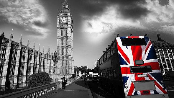 Биг-Бен и городской автобус с флагом Англии - Лондон