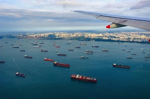 Вид из самолета на пейзаж с грузовыми судами