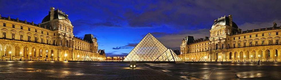 Ночной панорамный вид Лувра в Париже