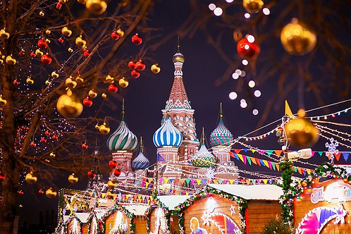 Храм Василия Блаженного на фоне рождественской ярмарки в Москве