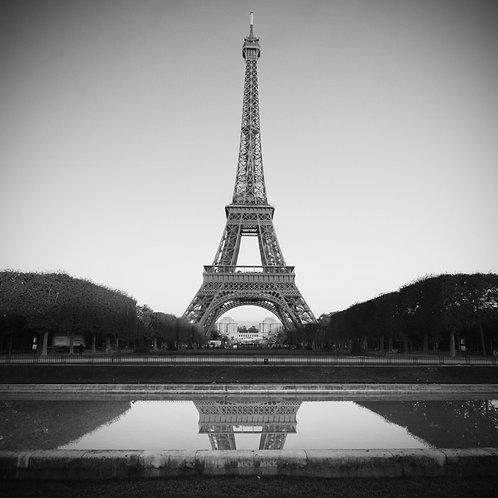 Черно-белая Эйфелева башня