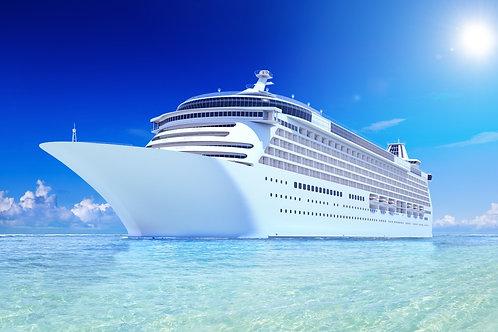 Белоснежный круизный лайнер на фоне яркого синего неба