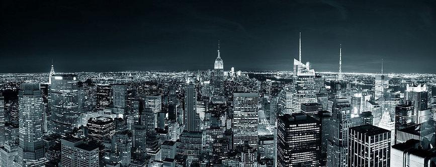 Ночная панорама черно-белого Манхэттена с небоскребами
