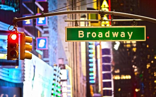 Дорожный знак и красный сигнал светофора в ночном Нью-Йорке