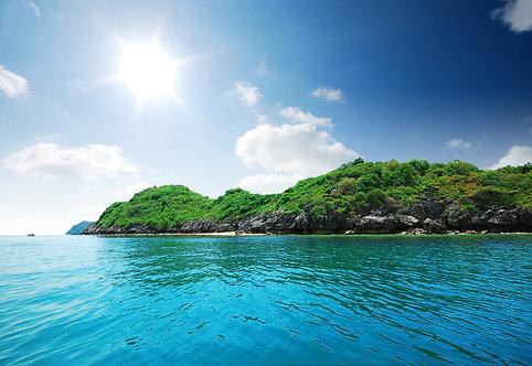 Остров в море с песчаным пляжем и ярким солнцем