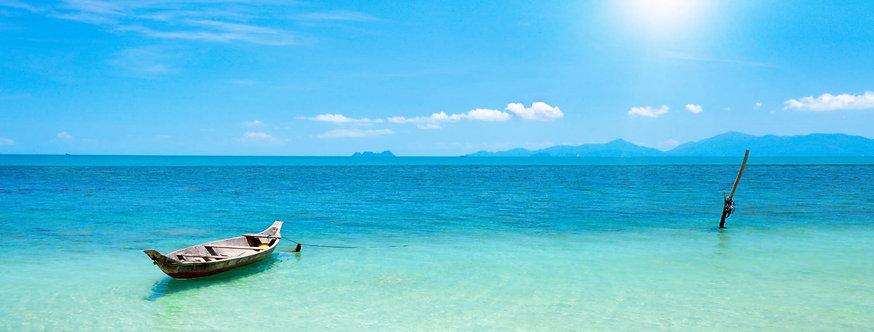 Лодка и красивый синий океан