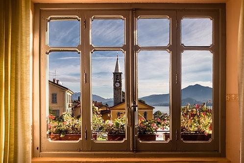 Вид из окна на старый городок и башню с часами