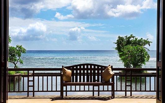Вид с балкона со скамейкой на море