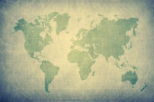 Состаренная карта мира с силуэтами материков