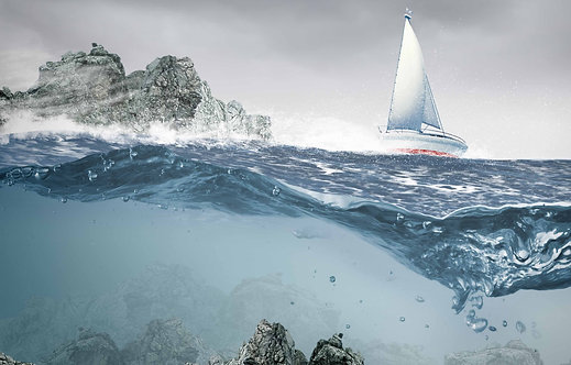 Вид из-под воды на океан с плывущей яхтой