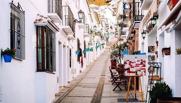 Очаровательная побеленная узкая улица в Михасе - Испания