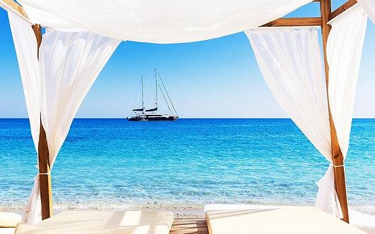 Вид на красивый пляж и яхту