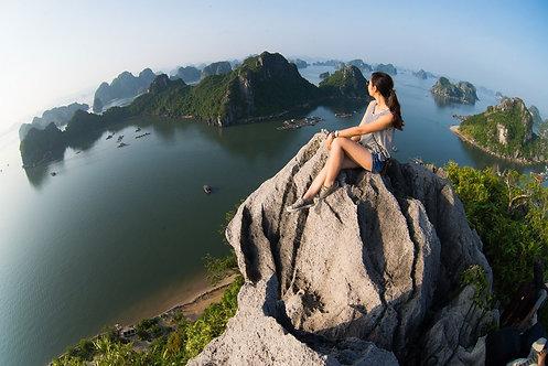 Девушка на вершине горы в бухте Халонг наслаждается красотой морского пейзажа